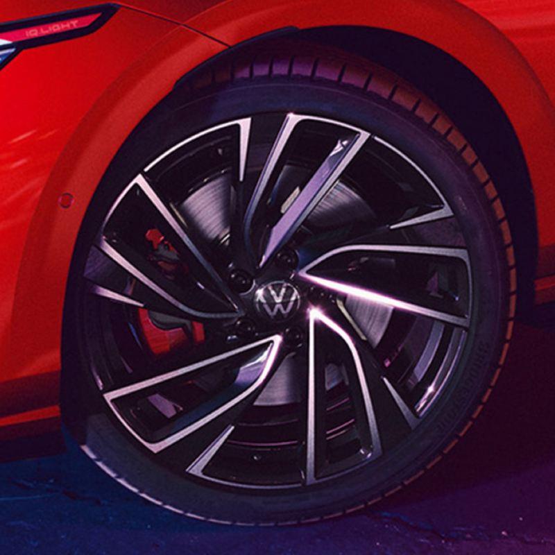 Detalle de una llanta de un Volkswagen Golf 8 GTI rojo