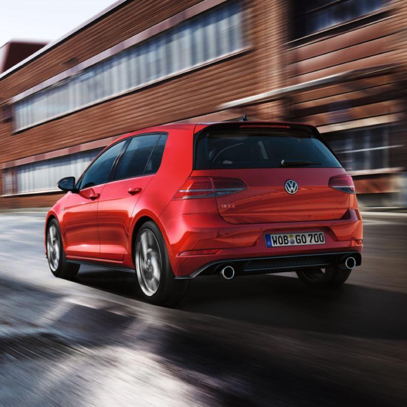 Volkswagen Golf 8 GTI rojo visto desde atrás circulando por la ciudad