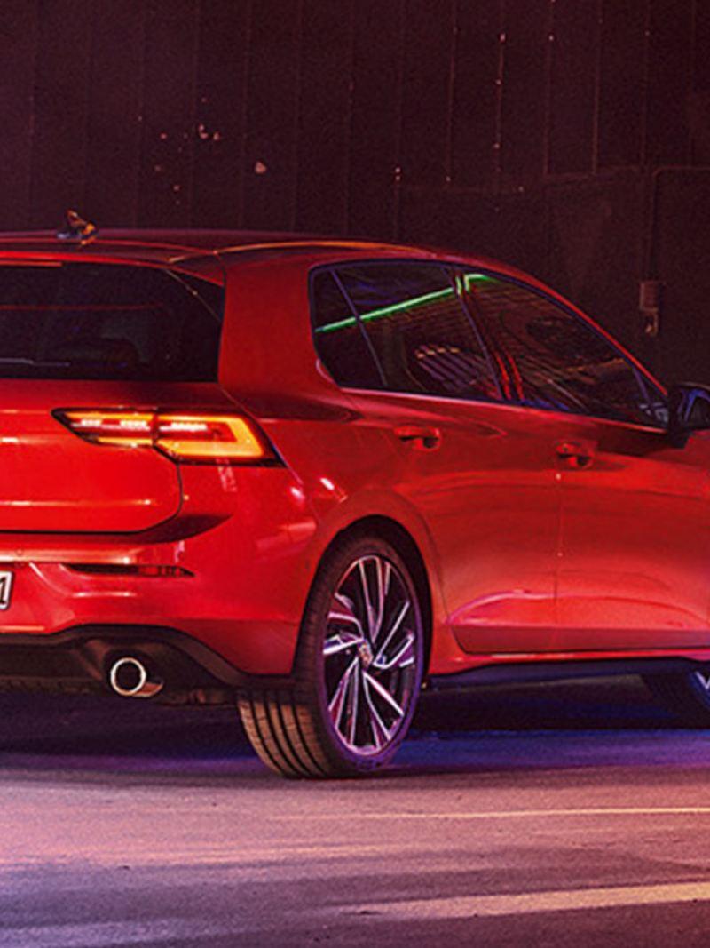 Volkswagen Golf 8 GTI rojo de noche visto desde atrás