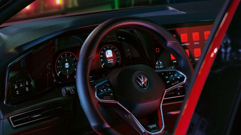 Detalle del volante de un Volkswagen Golf 8 GTI