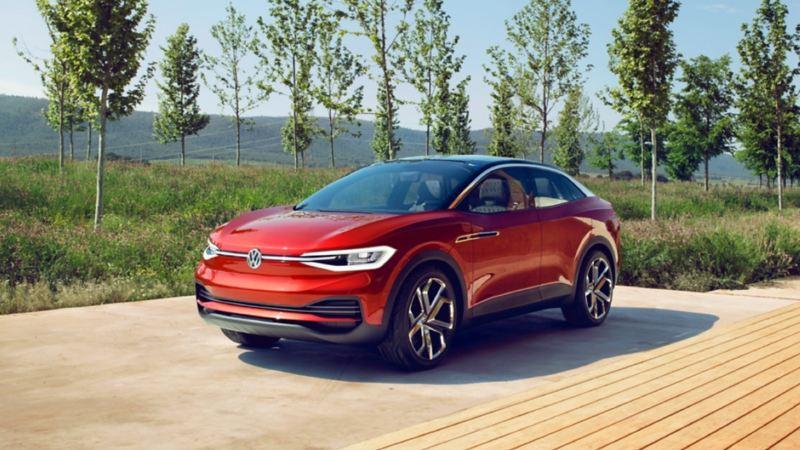 Volkswagen ID. Crozz aparcado en una tarima de madera delante de unos árboles
