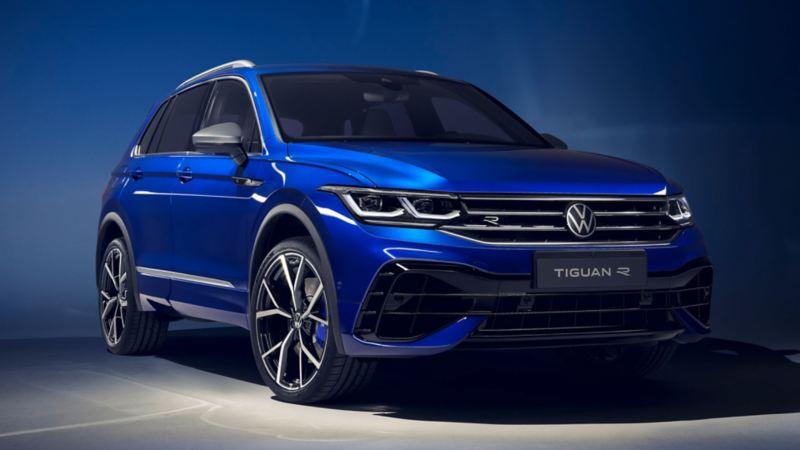 Volkswagen Tiguan azul eléctrico visto de frente con fondo azul