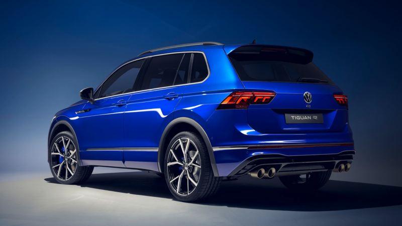 Volkswagen Tiguan R azul eléctrico visto desde atrás con fondo azul