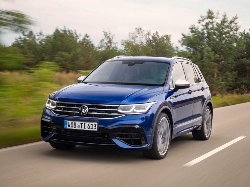 Volkswagen Tiguan R azul eléctrico visto de frente circulando por una carretera
