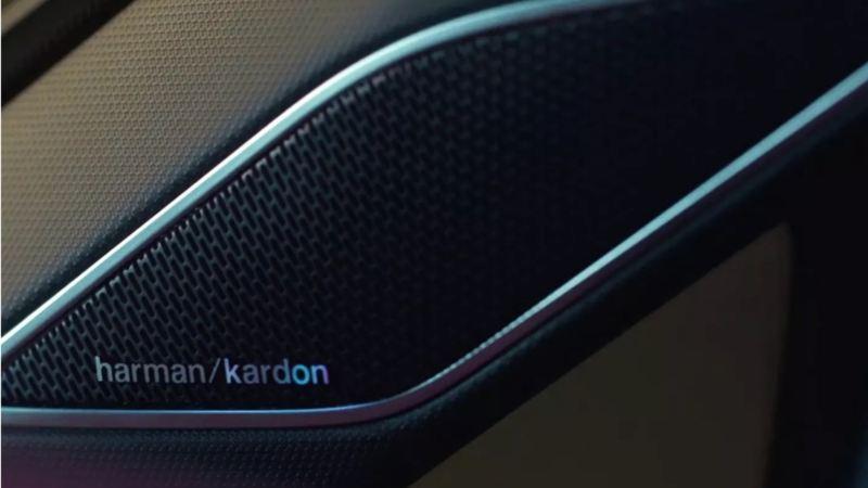 Detalle de un altavoz en la puerta de un Volkswagen Tiguan R del sistema de sonido Harman Kardon