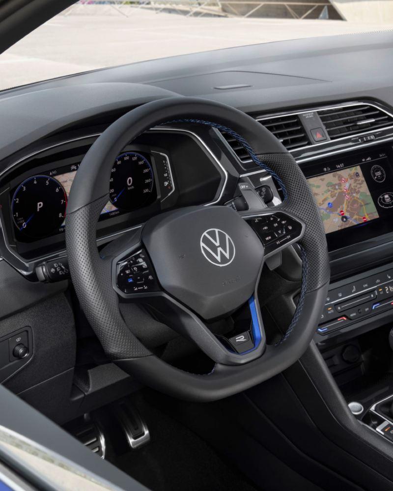 Primer plano de una chica vestida del volante multifunción del Volkswagen Tiguan R