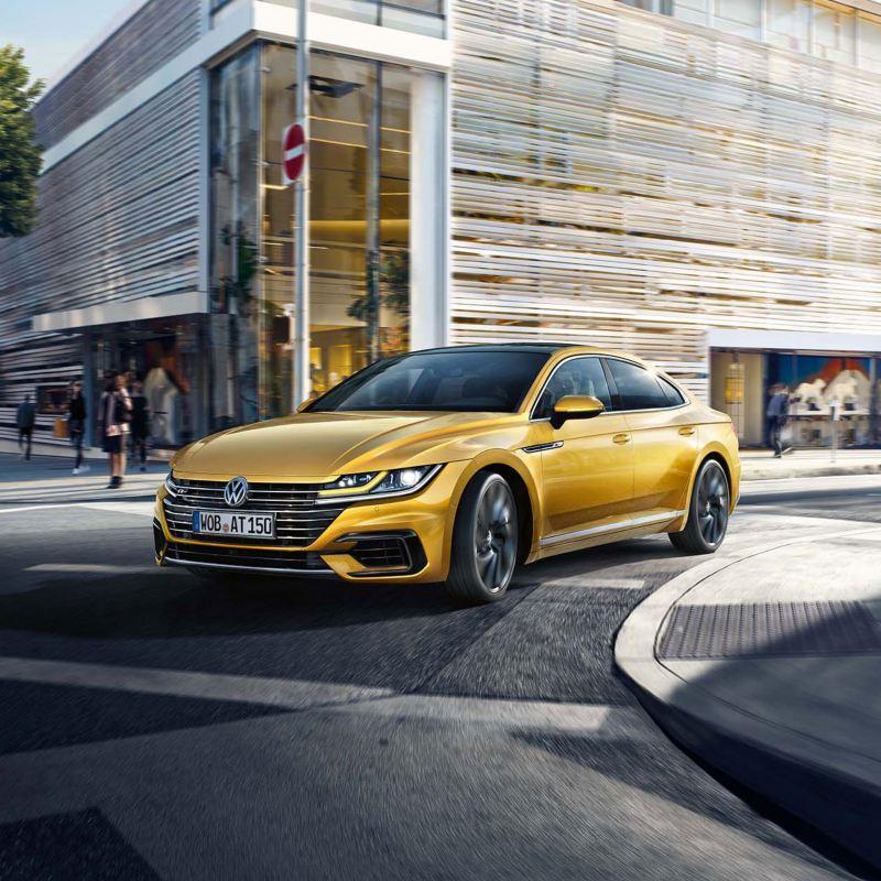 Ofertas de Volkswagen, Arteon circulando en la ciudad