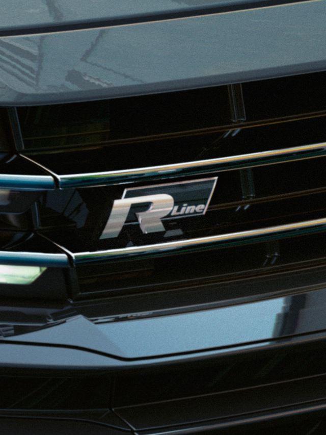 Detalle de un faro frontal y el emblema R-Line de un Arteon R-Line Performance gris
