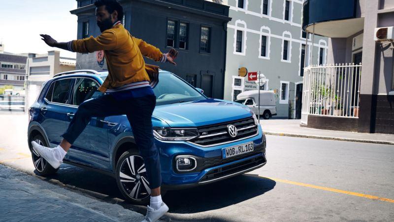 oferta del mes chico con volkswagen t-cross aparcado en la ciudad