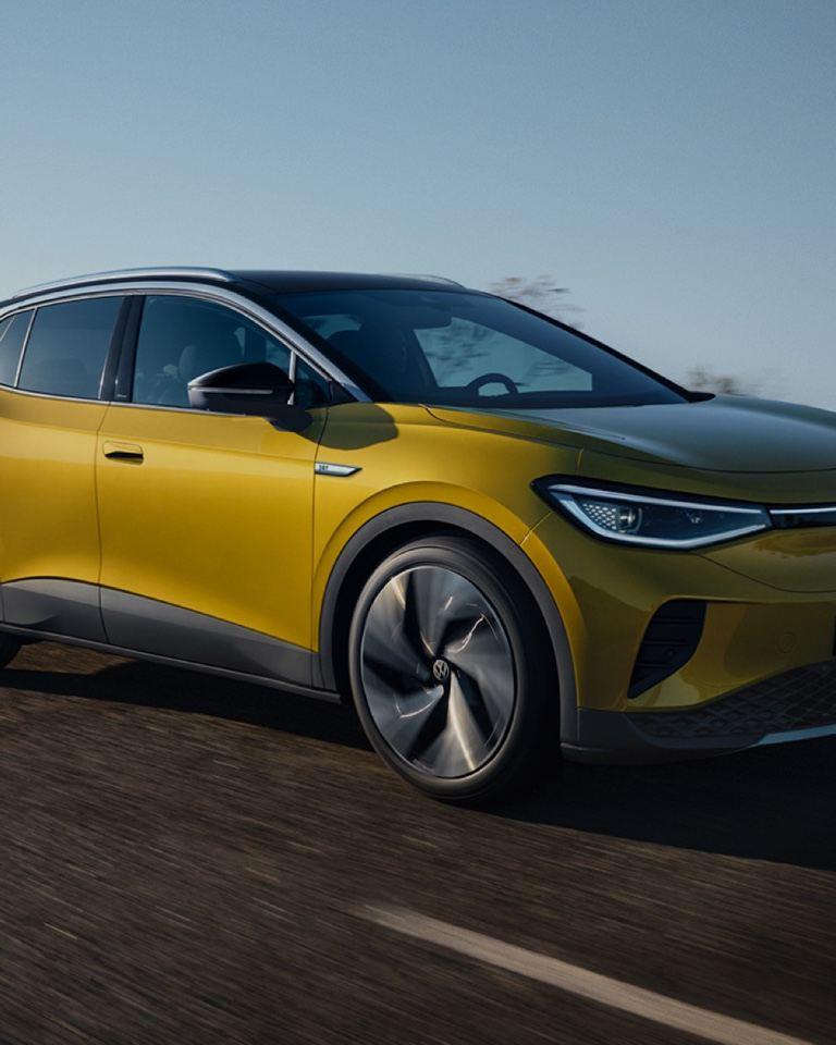 Volkswagen ID.4 amarillo visto de costado circulando por una autopista