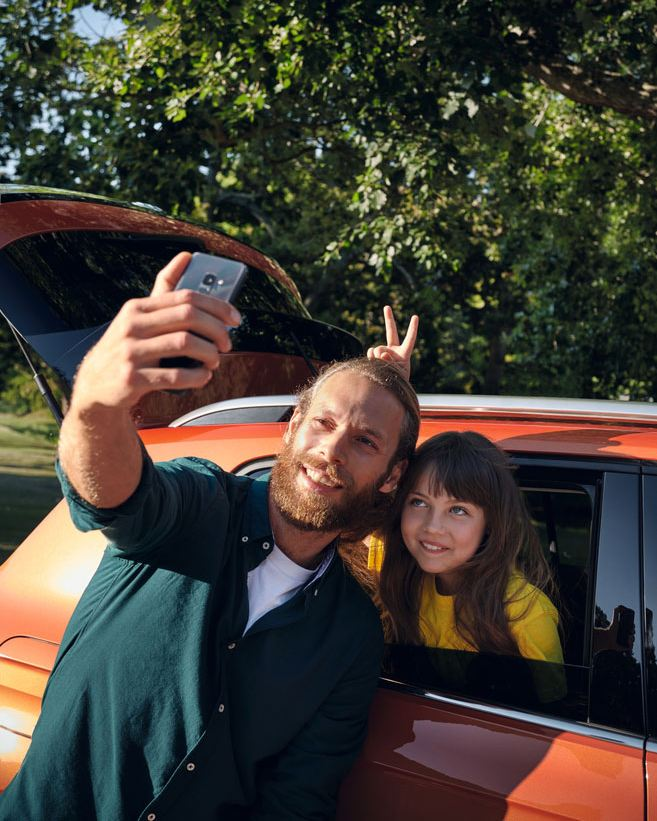 padre tomando selfie con su hija en su volkswagen