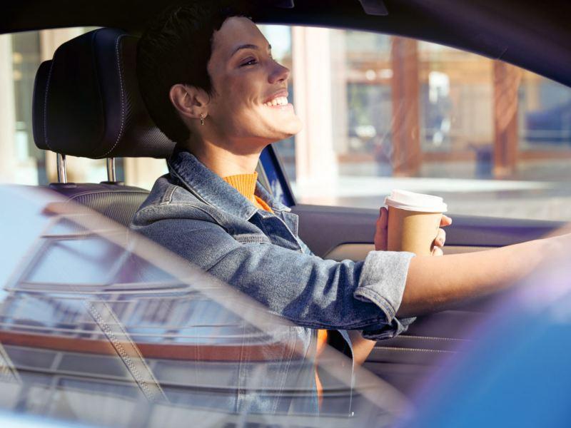 volkswagen chica joven conduciendo