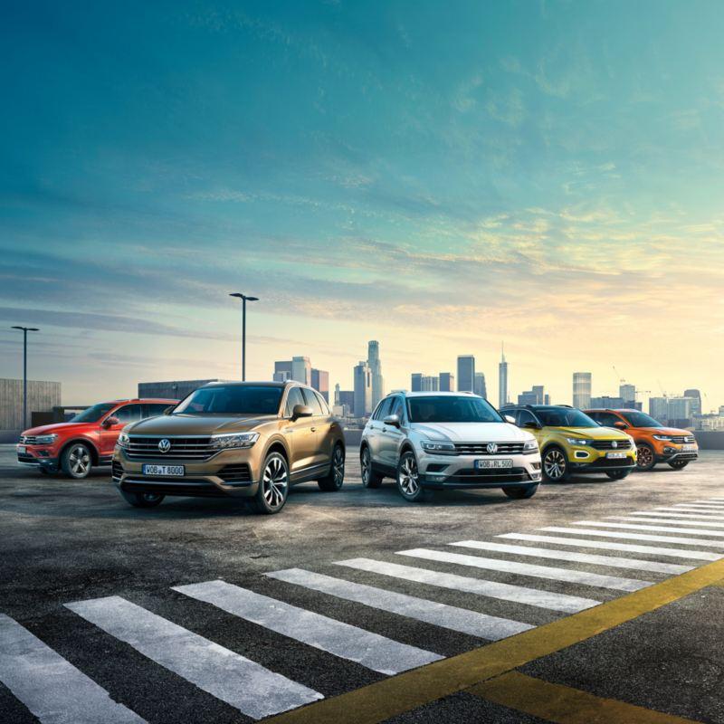 Gama SUV de Volkswagen en batería aparacados en un aparcamiento al atardecer