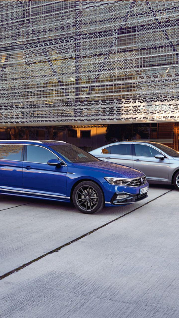 Volkswagen Passat Variant GTE y Passat GTE aparcados delante de un edificio con fachada metálica