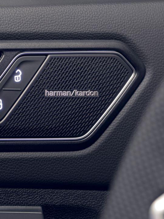Detalle de un altavoz del sistema de sonido Harman Kardon