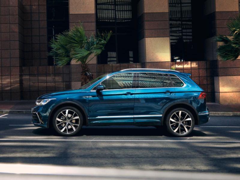 Nuevo Volkswagen Tiguan azul visto de costado aparcado en la calle