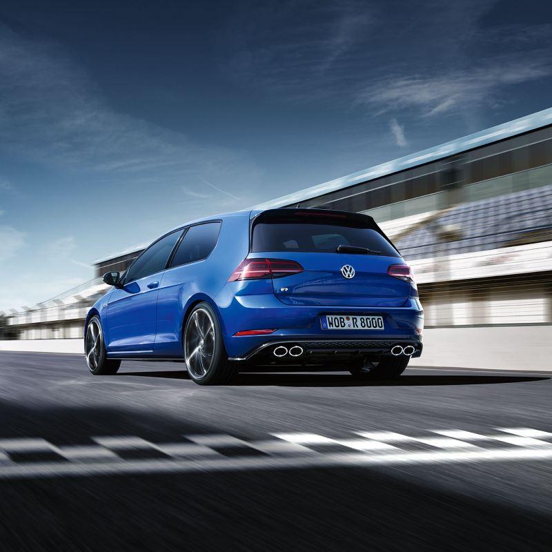 Volkswagen Golf R azul visto desde atrás en un circuito