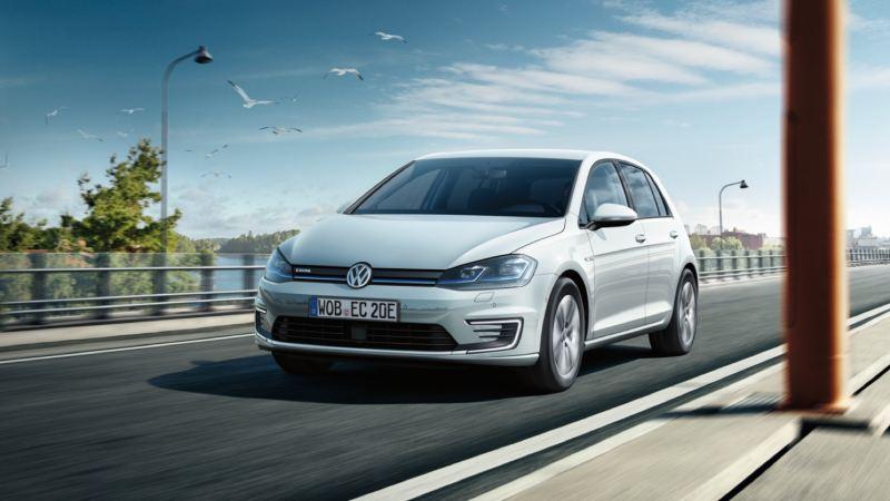 Volkswagen e-Golf blanco visto de frente circulando por una carretera