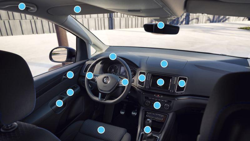 vista interior del salpicadero de un Volkswagen con puntos indicando las áreas a limpiar