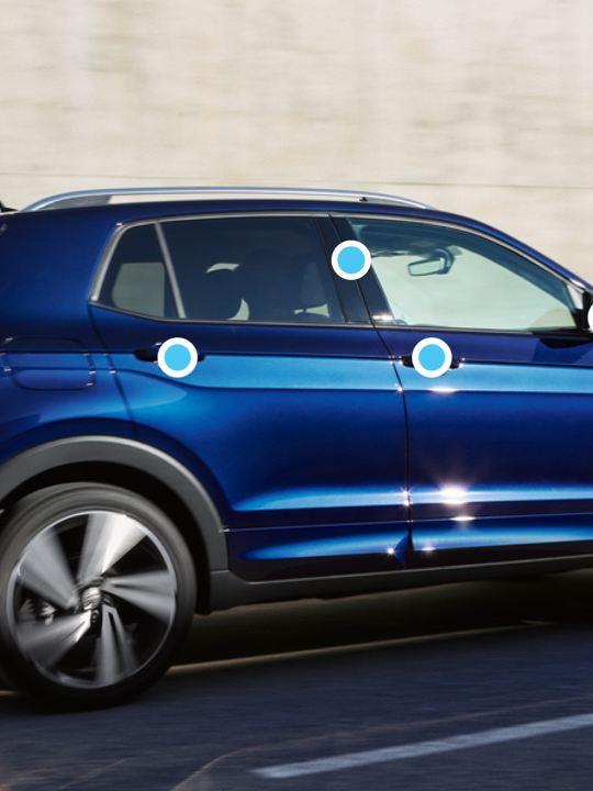Vsta lateral de un Volkswagen T-Cross con puntos azules indicando las zonas a limpiar