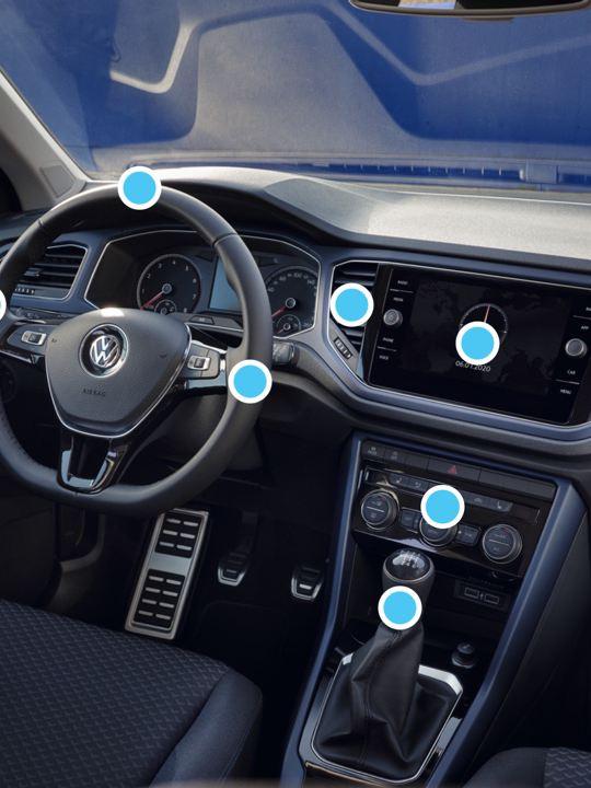 Vista del salpicadero de un Volkswagen con puntos azules indicando las zonas a limpiar