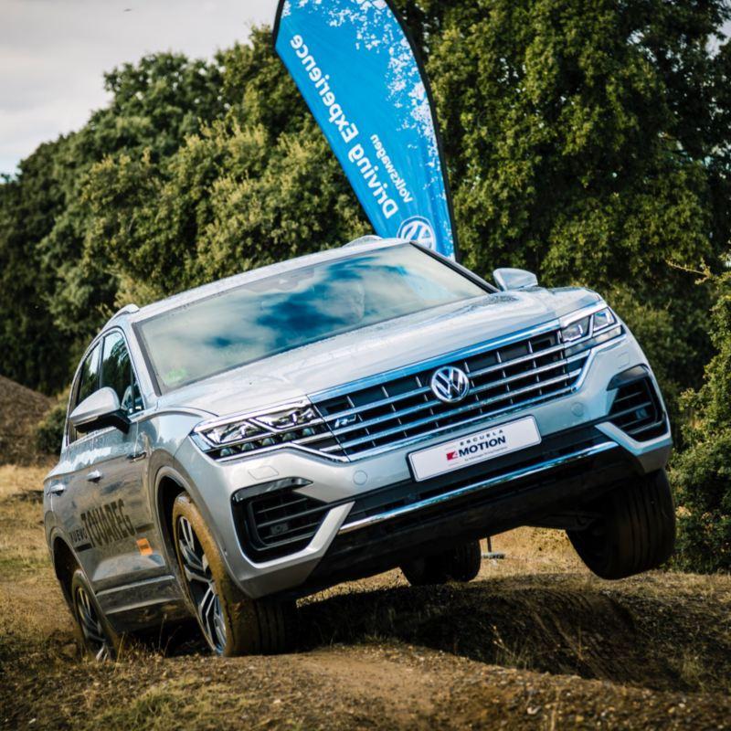 Volkswagen Touareg en un evento de Driving Experience conduciendo por el barro en Segovia