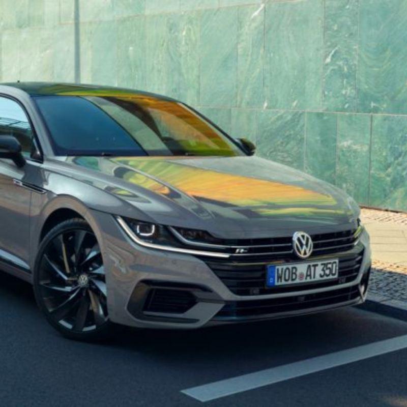 Vista lateral de un Volkswagen Arteon R-Line Performance gris aparcado en la calle