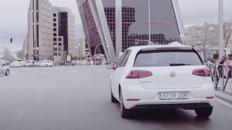 Volkswagen e-Golf blanco circulando por Madrid