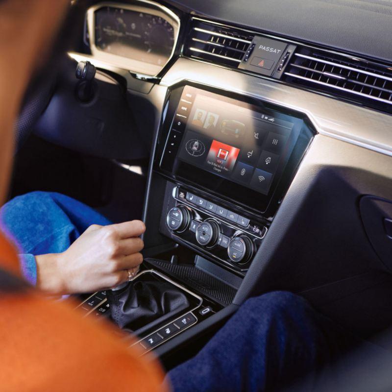 Detalle de la pantalla de Infotaiment de un Volkswagen
