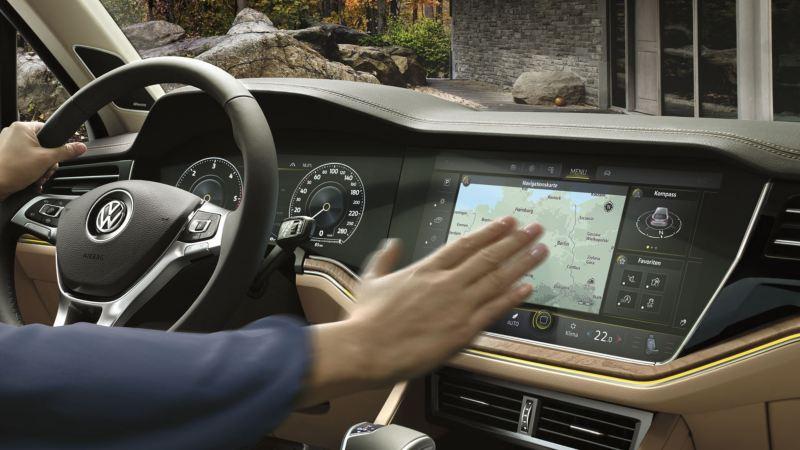 Detalle de la mano de un conductor con el Innovison Cockpit