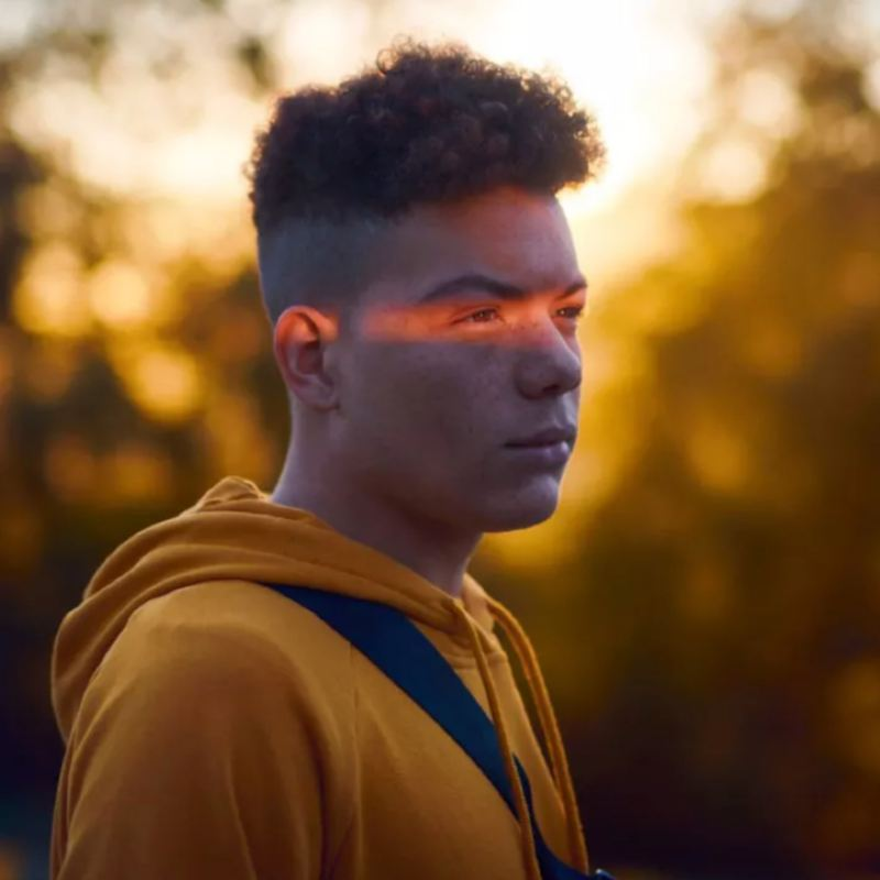 Primer plano de un chico con rayo de luz en los ojos