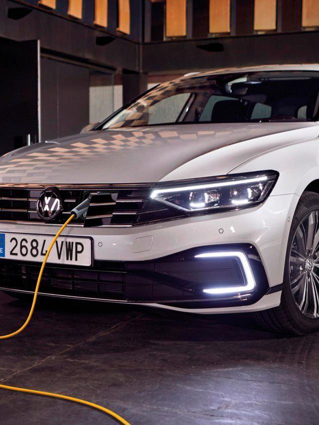 Volkswagen Passat Variant GTE blanco conectado a la red eléctrica