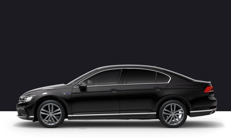 Lateral de un Passat GTE gris sobre fondo de color