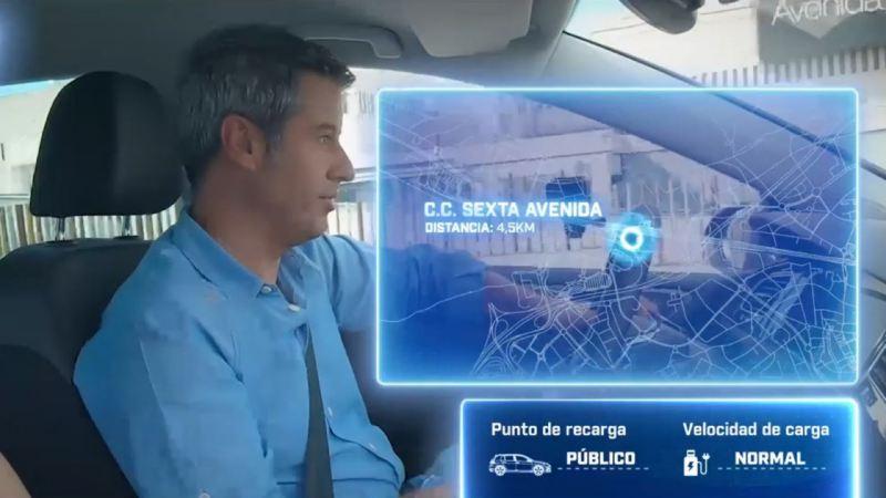 Hombre conduciendo un coche eléctrico con el mapa de la ubicación de una estación de carga sobreimpreso