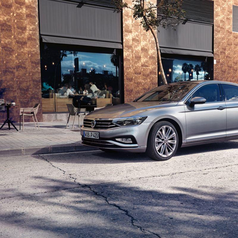 Volkswagen Passat gris aparcado en la ciudad