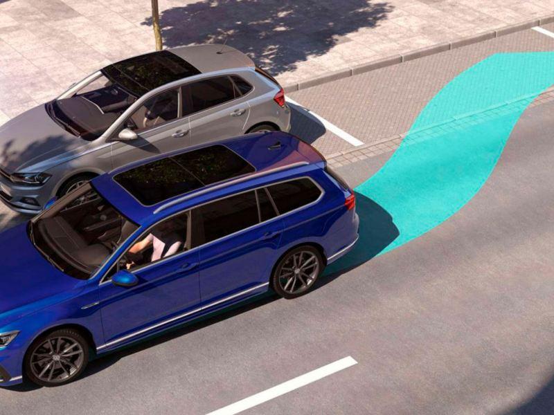 Volkswagen Passat Variant GTE azul aguamarina aparcando en la ciudad