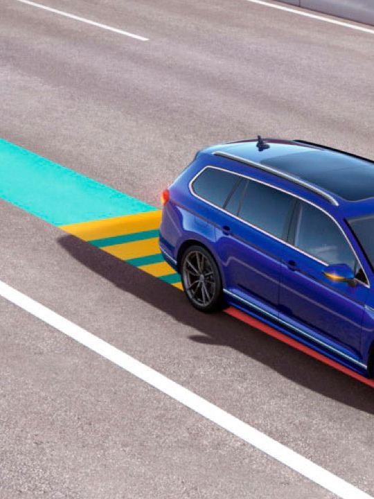 Volkswagen Passat Variant GTE circulando por una autopista