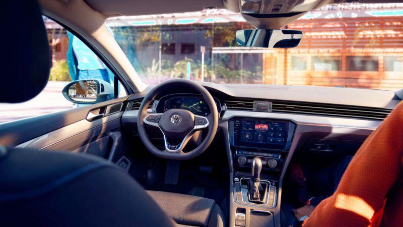 Vista interior del puesto de conducción del Volkswagen Passat Variant GTE