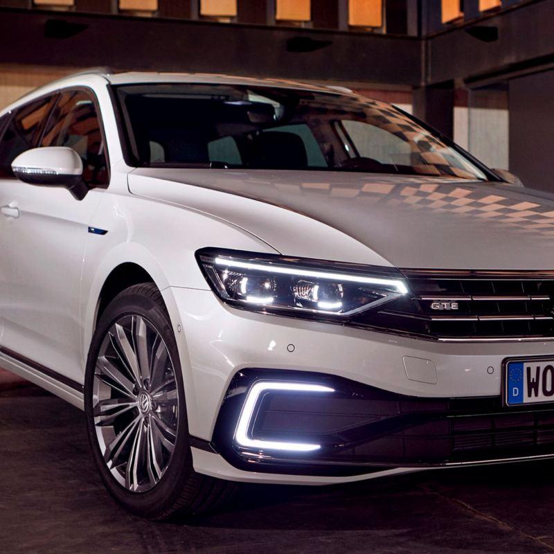 Primer plano de los faros de un Volkswagen Passat Variant GTE