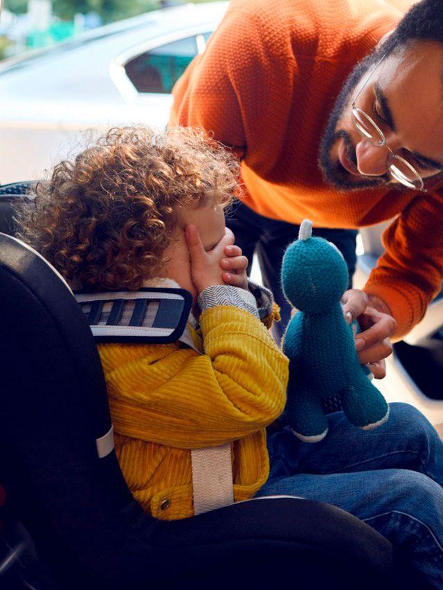 Niño con su padre en el asiento trasero de un Volkswagen Passat Variant GTE