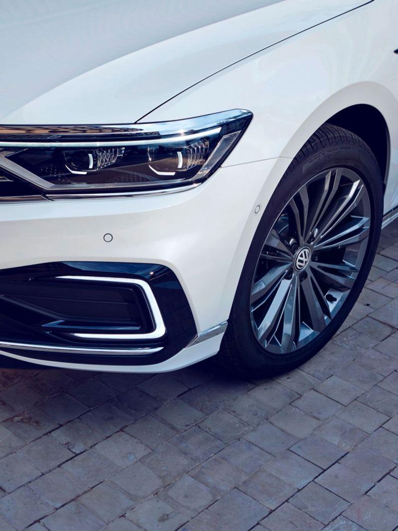 Detalle del fato delantero y la llanta del Volkswagen Passat Variant GTE
