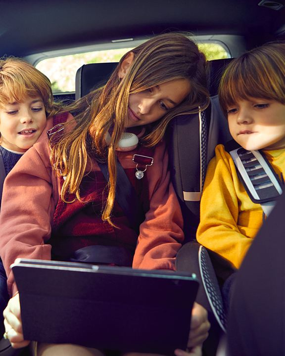 niños sentados en un volkswagen