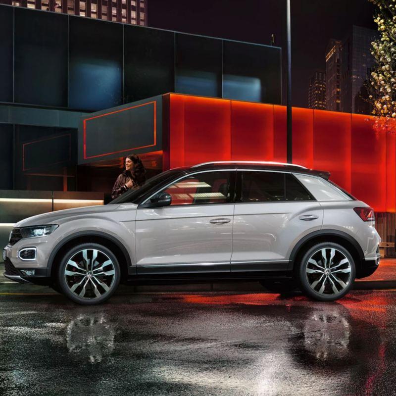 Volkswagen T-Roc blanco visto de costado aparcado en la ciudad de noche