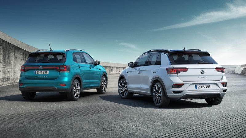 Volkswagen T-Cross y T-Roc vistos desde atrás aparcados en una rampa en curva con cielo de fondo