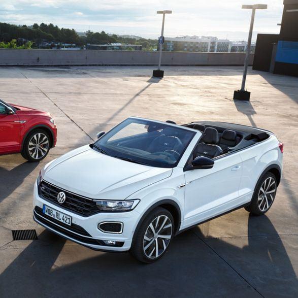 Volkswagen T-Roc Cabrio blanco en un parking visto desde arriba con la capota abierta