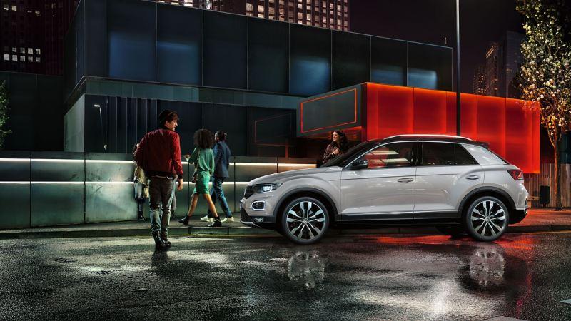 Volkswagen T-Roc blanco aparcado en la ciudad de noche