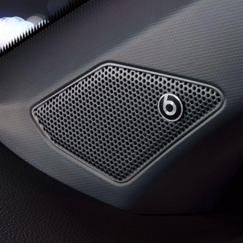 Sistema de sonido Beats del un T-Roc visto desde el asiento del acompañante
