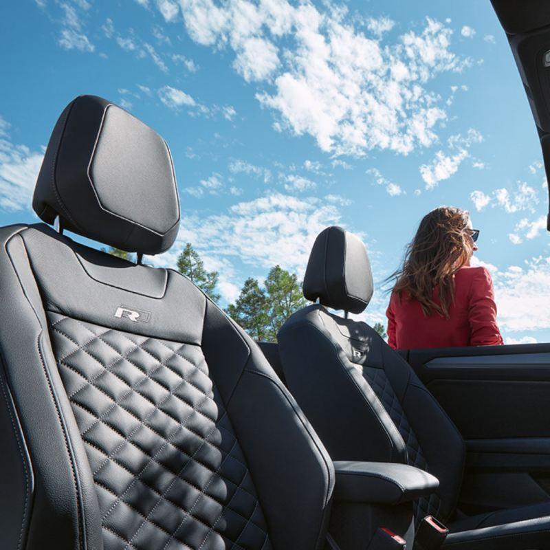 Asientos frontales tapizados de un T-Roc Cabrio con la capota bajada