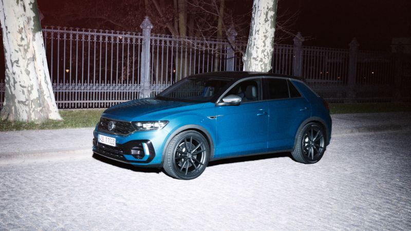 Lateral de un T-Roc R azul aparcado por la calle en la noche