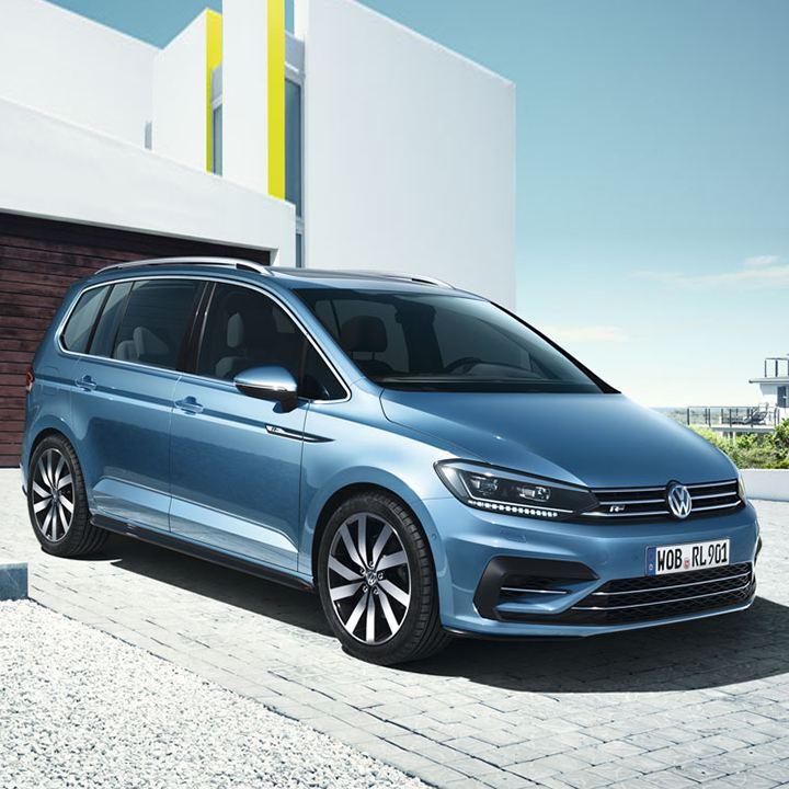 Volkswagen Touran visto de frente aparcado en una casa